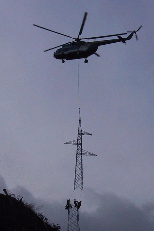 Montaža stebra s helikopterjem